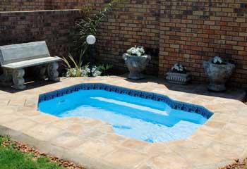 Splash pool townhouse swimming pools spith africa - Diy fibreglass swimming pool installation ...